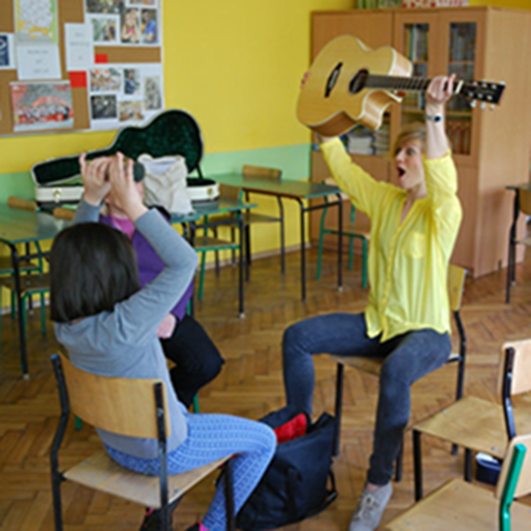 Muzykoterapeutka w tracie zajęć z dzieckiem z Autyzmem