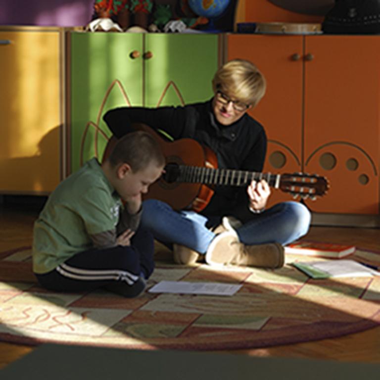 Terapeuta tworzy piosenkę razem z chłopczykiem z zespołem Aspergera